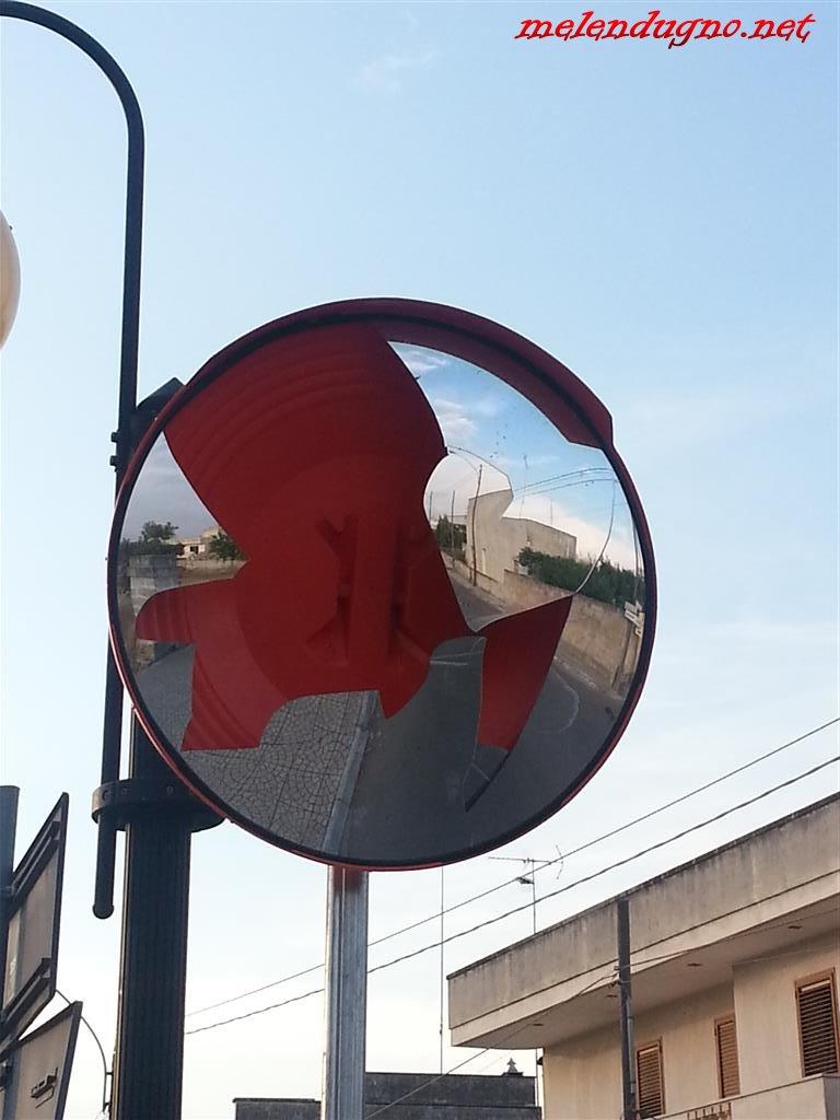 Specchio parabolico stradale rotto in via lecce grazie a - Specchio rotto sfortuna ...